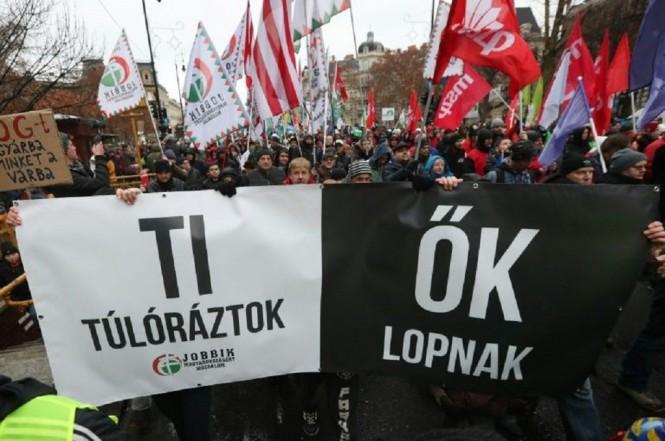 Ribuan orang berunjuk rasa di Budapest, Hongaria, Sabtu 5 Januari 2019. (Foto: AFP)