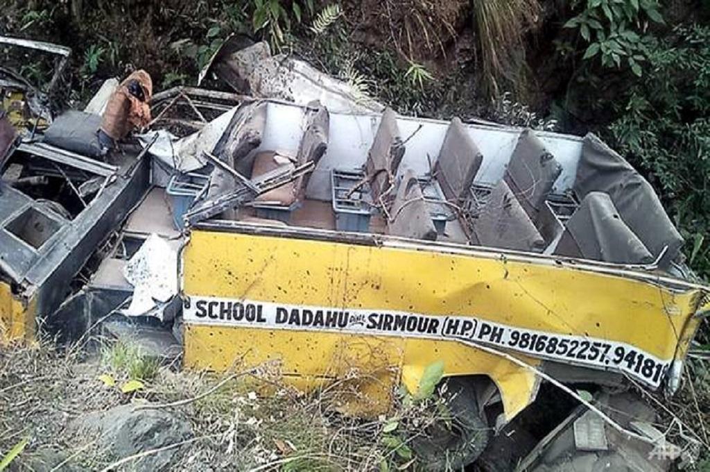 Bus yang jatuh ke sebuah jurang di Himachal Pradesh, India, 5 Januari 2019. (Foto: STR / AFP)