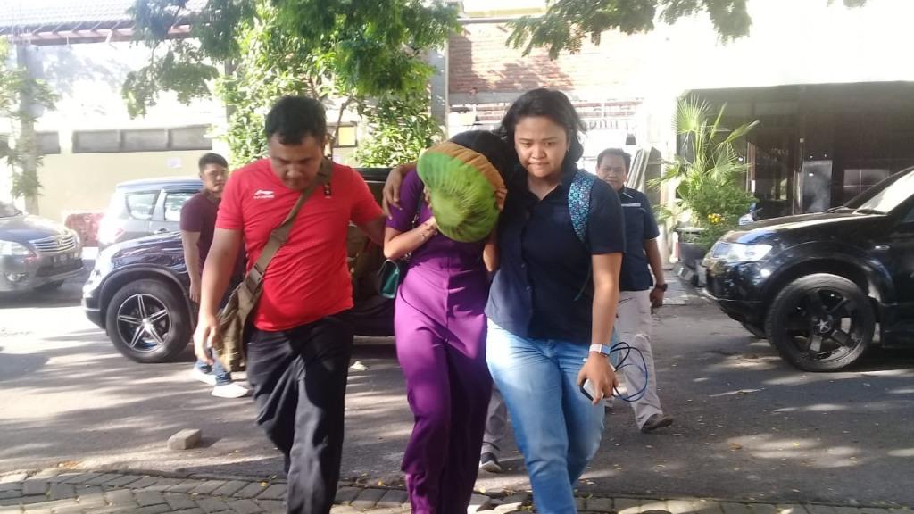 Artis VA yang diduga terlibat praktik prostitusi daring di Surabaya saat tiba di Mapolda Jatim. Medcom.id/Amaluddin. (Amaluddin)