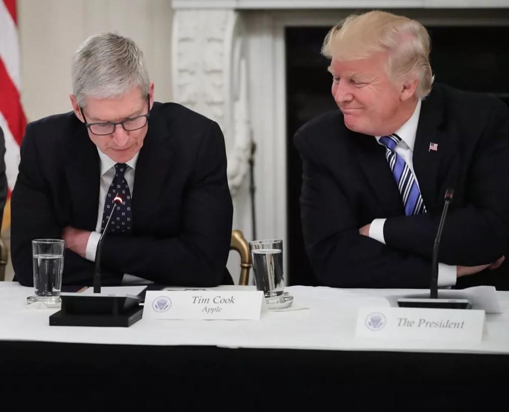 CEO Apple Tim Cook, dan Presiden Amerika Serikat Donald Trump.  (Chip Somodevilla/Getty Images)