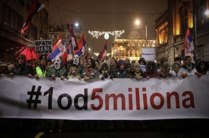 Demonstran membawa spanduk penentangan terhadap Presiden Vucic di Belgrade, Serbia, 5 Januari 2019. (Foto: AFP/Getty)