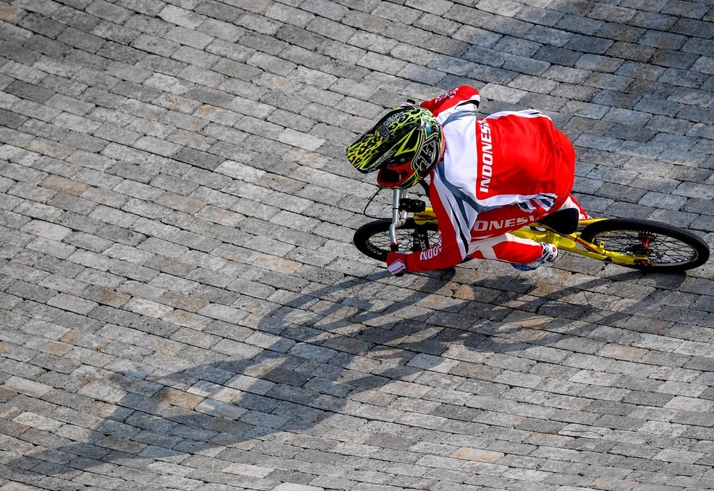 Atlet sepeda Indonesia Wiji Lestari memacu sepedanya pada babak kualifikasi Balap Sepeda BMX Putri Asian Games ke-18. (ANTARA FOTO/INASGOC/Hariandi Hafid)