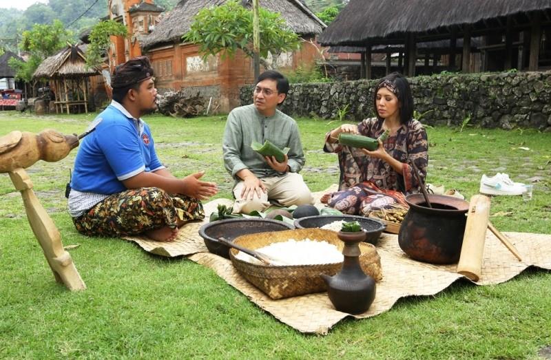 Desa Tenganan menjual hasil kerajinan tangan dan kain tradisional tenun pagringsingan dan kuliner (Foto:Dok.MetroTV)