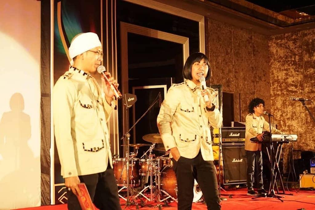 Ade Jigo (tengah) dan mendiang Aa Jimmy (kiri) (Foto: Instagram @adejigo)