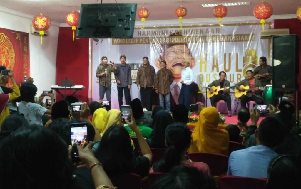 Sekitar 30 tokoh lintas agama, organisasi kepemudaan memperingati Haul ke-9 Abdurrahman Wahid alias Gus Dur di Kelenteng Teng Swie Bo Krian Sidoarjo, Jawa Timur, Minggu malam, 6 Januari 2019. Medcom.id/ Syaikhul Hadi.