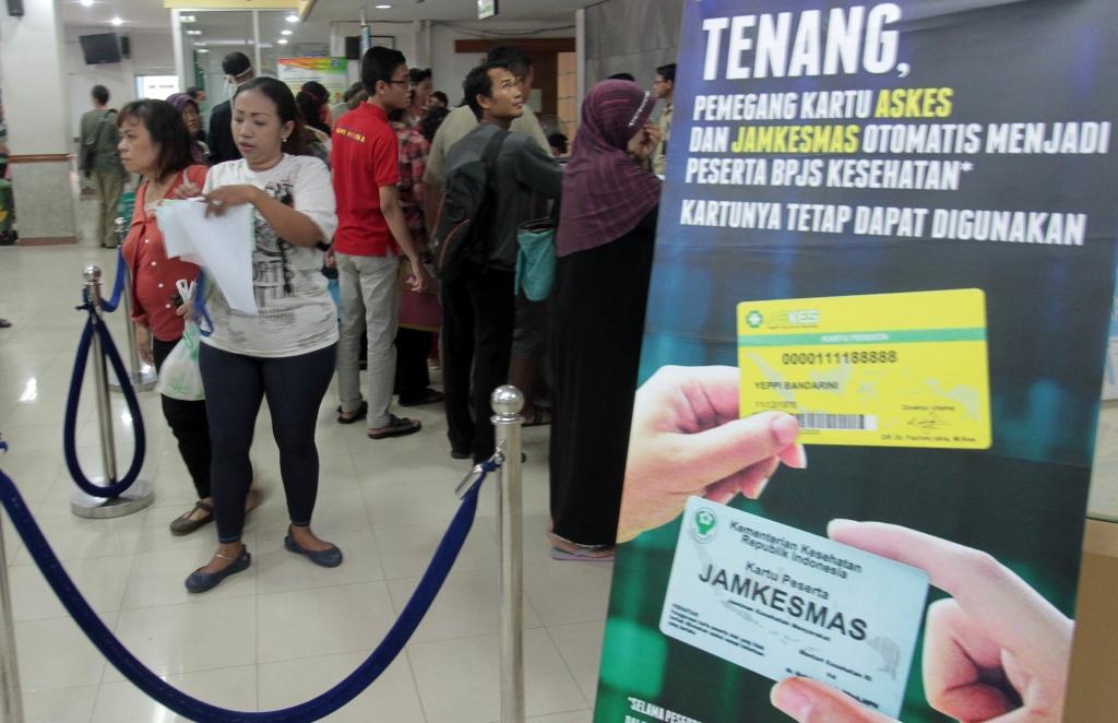 Ratusan warga DKI Jakarta mengantre untuk mengurus surat Badan Penyelenggara Jaminan Sosial (BPJS), di RS Persahabatan, Jakarta. Foto: MI/Angga Yuniar.