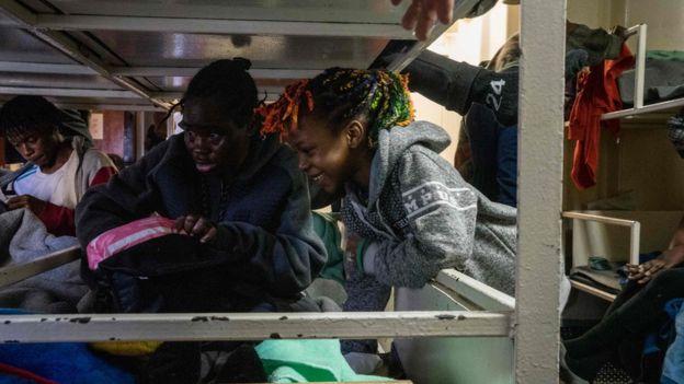 Imigran yang berada di kapal pengungsi. (Foto: AFP)