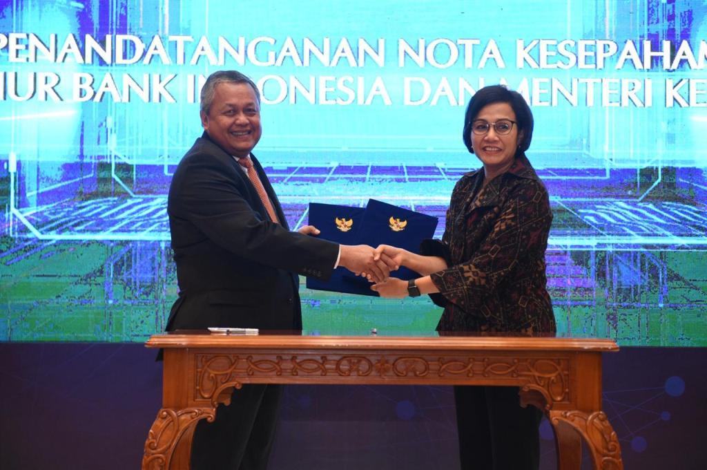 Gubernur Bank Indonesia Perry Warjiyo (kiri) dan Menteri Keuangan Sri Mulyani (kanan) usai melakukan penandatanganan kerja sama. (FOTO: dok BI)