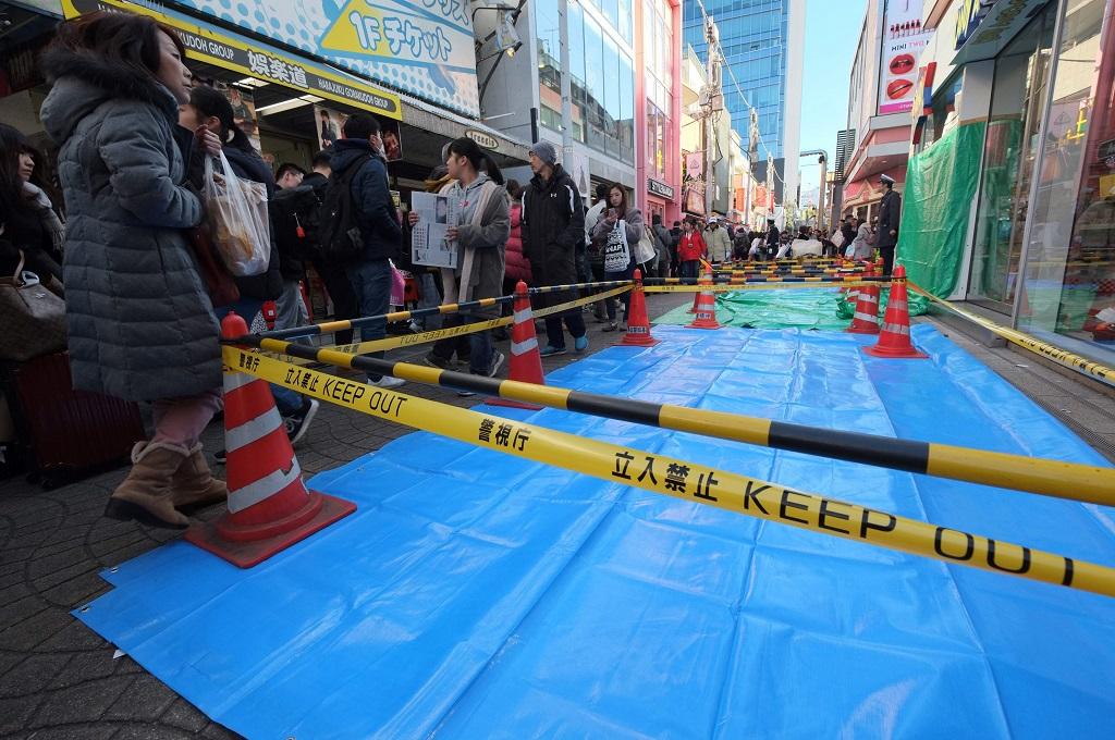 Garis polisi dipasang di lokasi penabrakan mobil di distrik Harajuku, Tokyo, 1 Januari 2019. (Foto: AFP/KAZUHIRO NOGI)