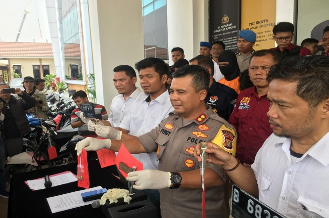 Polres Tangerang merilis pria yang terkena tembakan dari senjata rakitannya sendiri, Medcom.id - Farhan Dwi