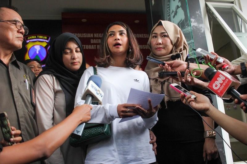 Artis berinisial VA (kedua kanan) menjawab pertanyaan wartawan pers usai menjalani pemeriksaan terkait kasus prostitusi daring di Gedung Subdit Siber Ditreskrimsus Polda Jawa Timur, Surabaya, Jawa Timur, Minggu (6/1/2019). ANTARA FOTO/Didik Suhartono.