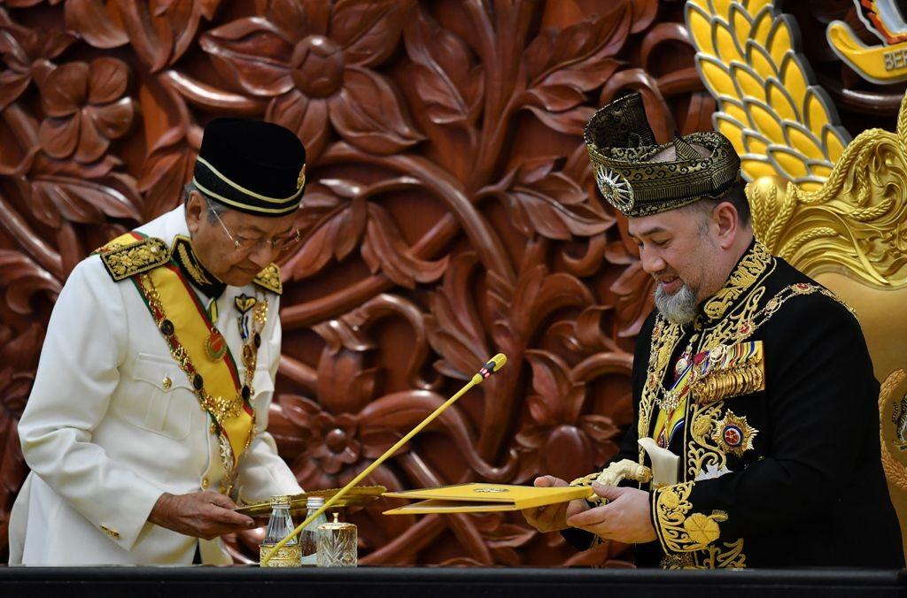 PM Mahathir Mohamad (kiri) dan Sultan Muhammad V, Juli 2018. (Foto: AFP)