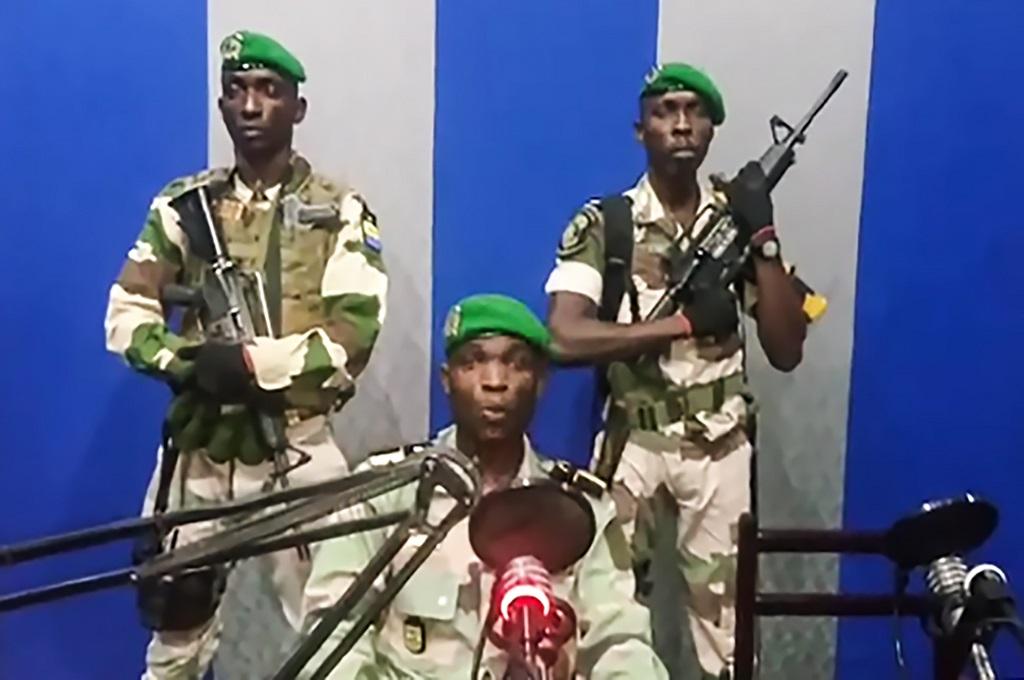 Foto dari potongan video memperlihatkan sekelompok prajurit yang menguasai stasiun radio RFI di Libreville, Gabon, 7 Januari 2019. (Foto: AFP/Youtube)