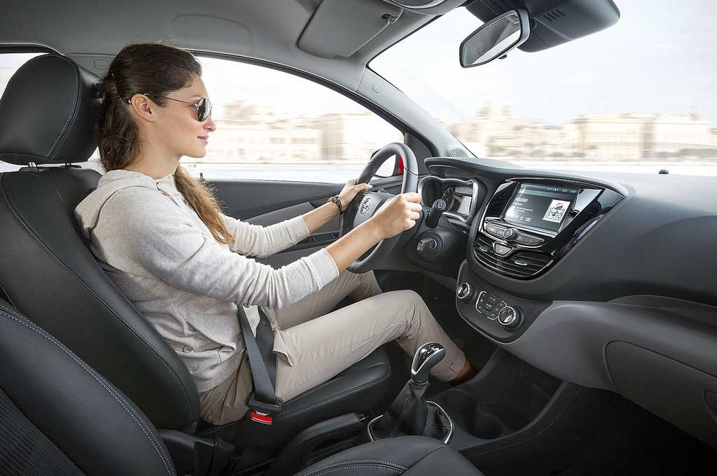 Wanita modern AS lebih suka menggunakan mobil manual ketimbang otomatis. CarBuzz IncMaster Mechanic
