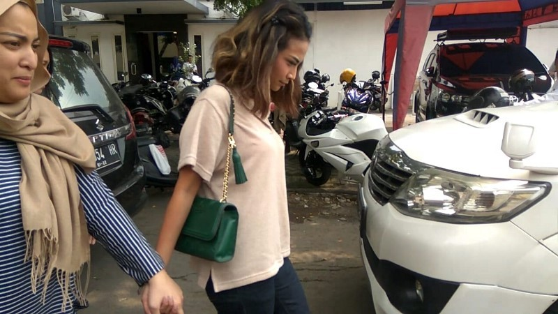 Artis VA mendatangi Polda Jawa Timur untuk menyerahkan barang bukti uang Rp35 juta ke penyidik, Senin, 7 Januari 2019. Medcom.id/ Amaluddin.
