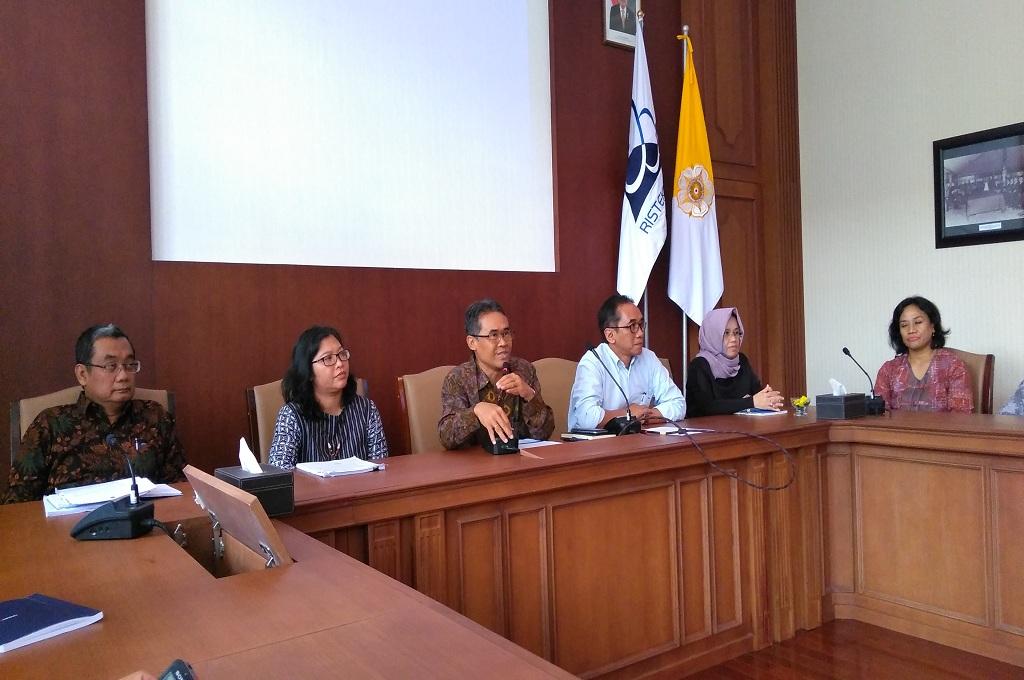 Rektor Ugm, Panut (tengah batik coklat) meminta maaf atas kelambanan.proses pengusutan dugaan pemerkosaan, Medcom.id - Vicka