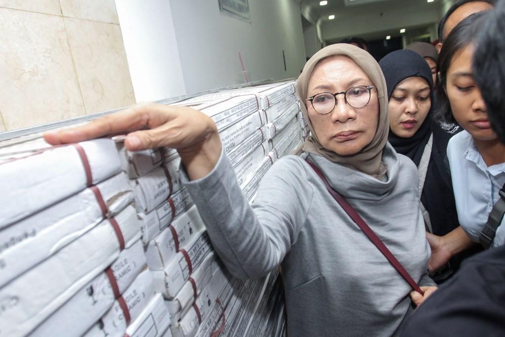 Ratna Sarumpaet (kiri) usai menjalani pemeriksaan selama 75 menit di Direktorat Reserse Kriminal Umum (Direskrimum) Polda Metro Jaya, Jakarta. Foto: MI/Pius Erlangga.