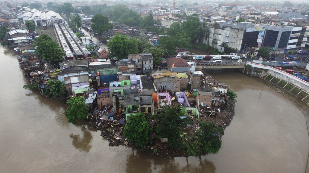 Foto aerial permukiman warga di pinggir Kali Ciliwung, Bukit Duri, Jakarta, Minggu (18/9/2016). Foto: Antara/Rivan Awal Lingga