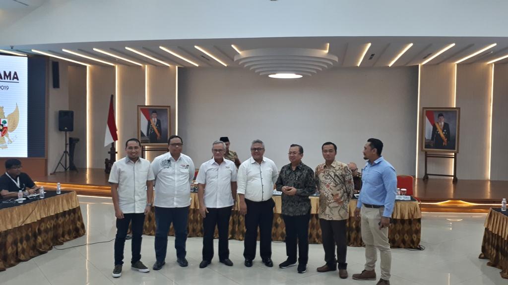 Ketua KPU Arief Budiman (Tengah) bersama perwakilan tim kampanye dua paslon - Medcom.id/Faisal Abdalla.