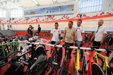 Pembalap paracycling Indonesia, Mohammad Fadli (kanan) bersama