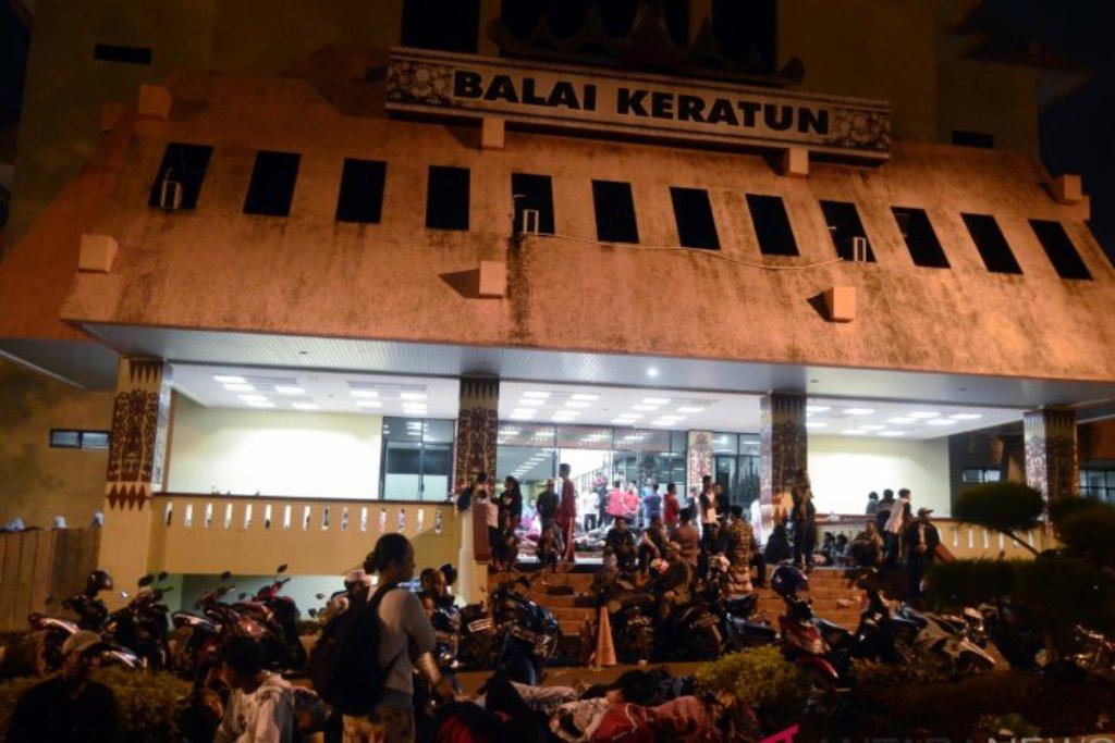 Warga pesisir Kota Bandar Lampung mengungsi di Kantor Pemerintah Provinsi Lampung - ANTARA FOTO/Ardiansyah.