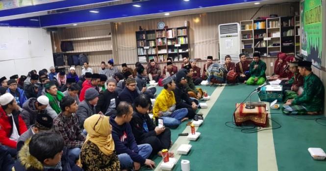 Warga negara Indonesia di Korea Selatan merayakan ulang tahun Masjid Al Ikhlas. (Foto: Dok.KBRI Seoul).