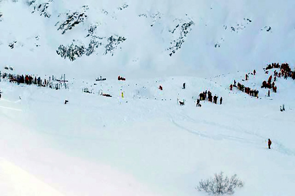 Tim penolong berkumpul di pegunungan Alpen Prancis. (Foto: AFP)