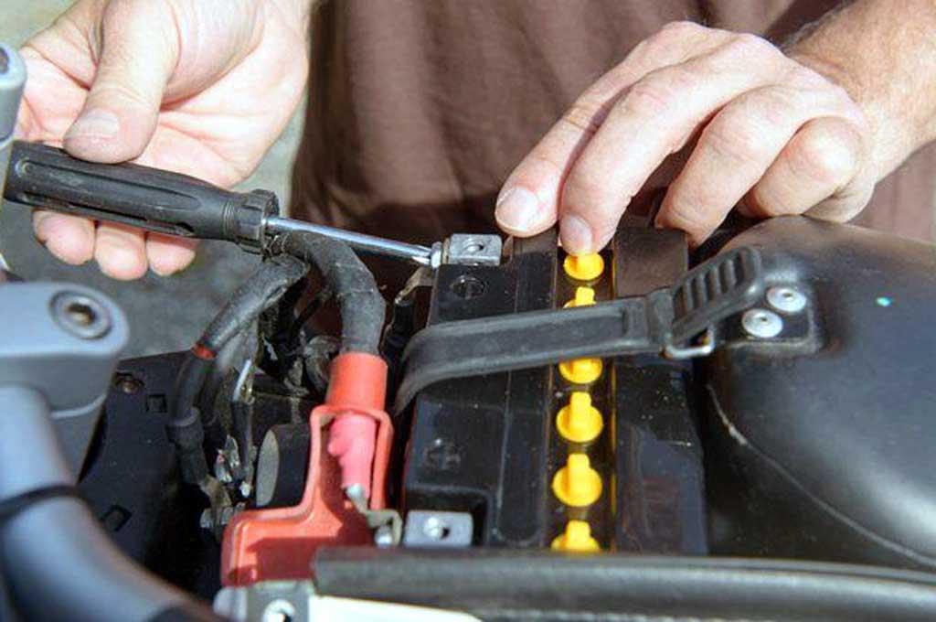 Kondisi ak yang lemah di sepeda motor injeksi bisa dengan mudah dipantau. Bosch