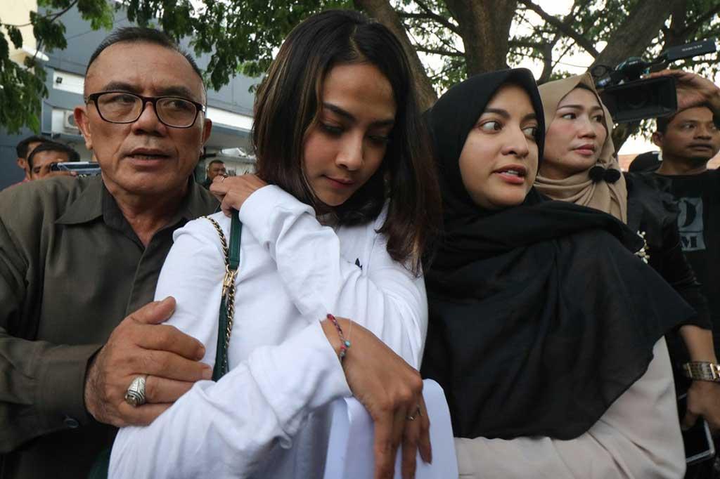 Artis Vanessa Angel (tengah) bersama Jane Shalimar (kanan) akhirnya keluar dari gedung Subdit V Cyber Crime Polda Jatim, Minggu, 6 Januari 2019, sore, setelah 24 jam lebih menjalani pemeriksaan. (Foto: Antara Foto/Didik Suhartono)