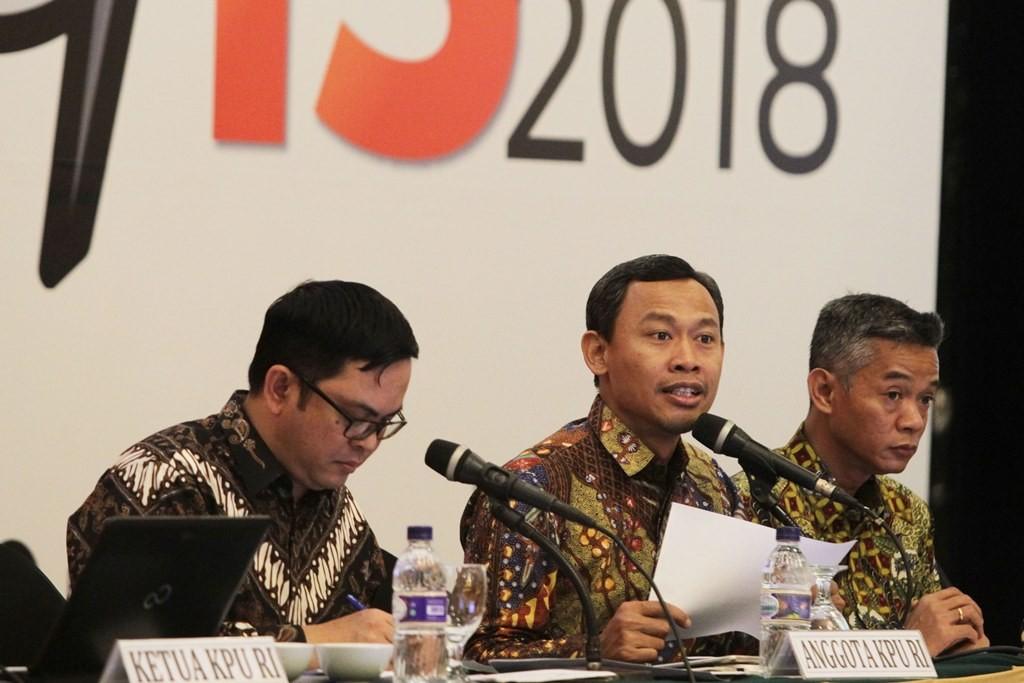 Anggota Komisi Pemilihan Umum (KPU) RI Viryan Aziz (kiri) bersama Pramono Ubaid Tanthowi (tengah) dan Wahyu Setiawan membacakan daftar pemilih tetap hasil perbaikan kedua pada rapat pleno rekapitulasi Daftar Pemilih Tetap Hasil Perbaikan ke- 2 (DPTHP-2) d