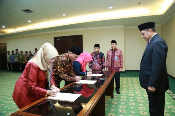 Menag, Lukman hakim Saifuddin menyaksikan penandatanganan berita acara pelantikan tiga pimpinan PTKIN, Kemenag/Rusydi.