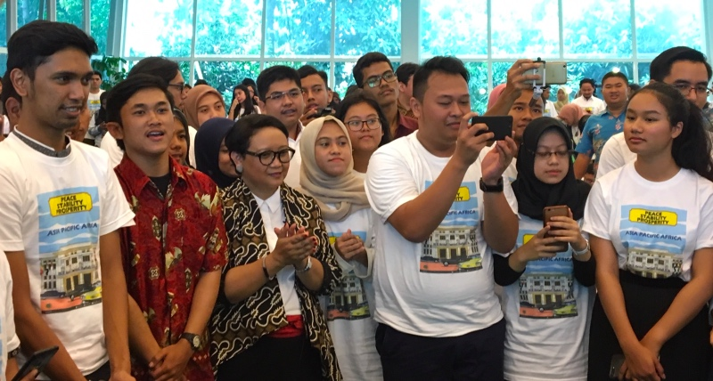 Menteri Luar Negeri Retno Marsudi di tengah-tengah mahasiswa. (Foto: Sonya Michaella/Medcom.id).