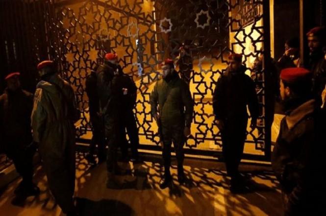 Petugas keamanan berjaga di Perlintasan Rafah. (Foto: AFP)