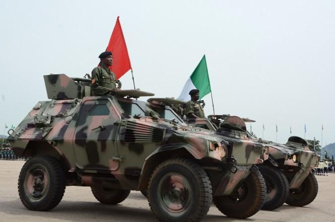 Prajurit Nigeria dalam parade militer di Abuja, 1 Oktober 2018. (Foto: AFP/SODIQ ADELAKUN)