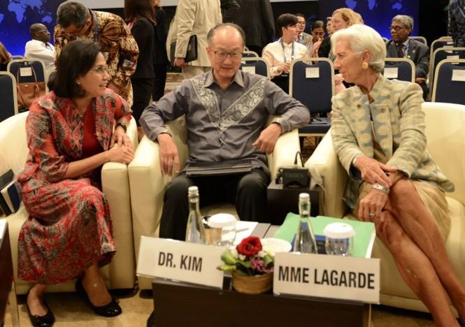 Menteri Keuangan Sri Mulyani (kiri) saat bersama Presiden Bank Dunia Jim Yong Kim dan Managing Director IMF Christine Lagarde. (FOTO: AFP)