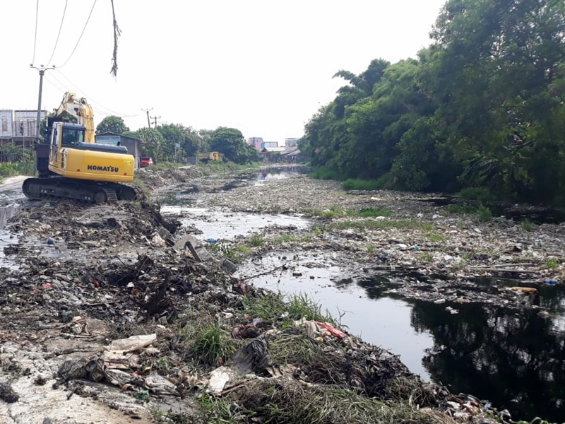 Sampah di Kali Pisang Batu mulai diangkut menggunakan alat berat. Medcom.id/Antonio
