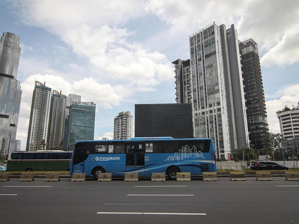 Bus Transjakarta melintas di Jalan Jenderal Sudirman. Foto: Antara/Dhemas Reviyanto.