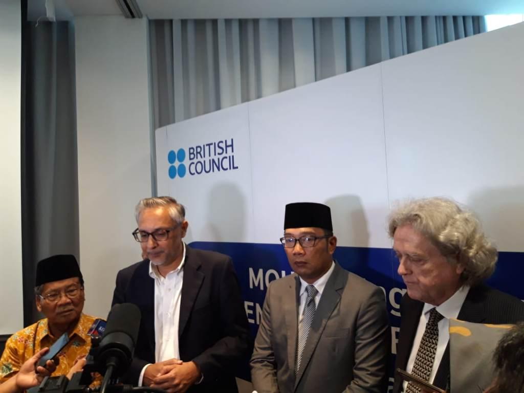 Gubernur Jawa Barat, Ridwan Kamil (kedua dari kanan), Dubes Inggris untuk Indonesia, Timor Leste dan ASEAN) Moazzam Malik (kedua dari kiri) usai penandatanganan MoU English for West Java, Medcom.id/Intan Yunelia.