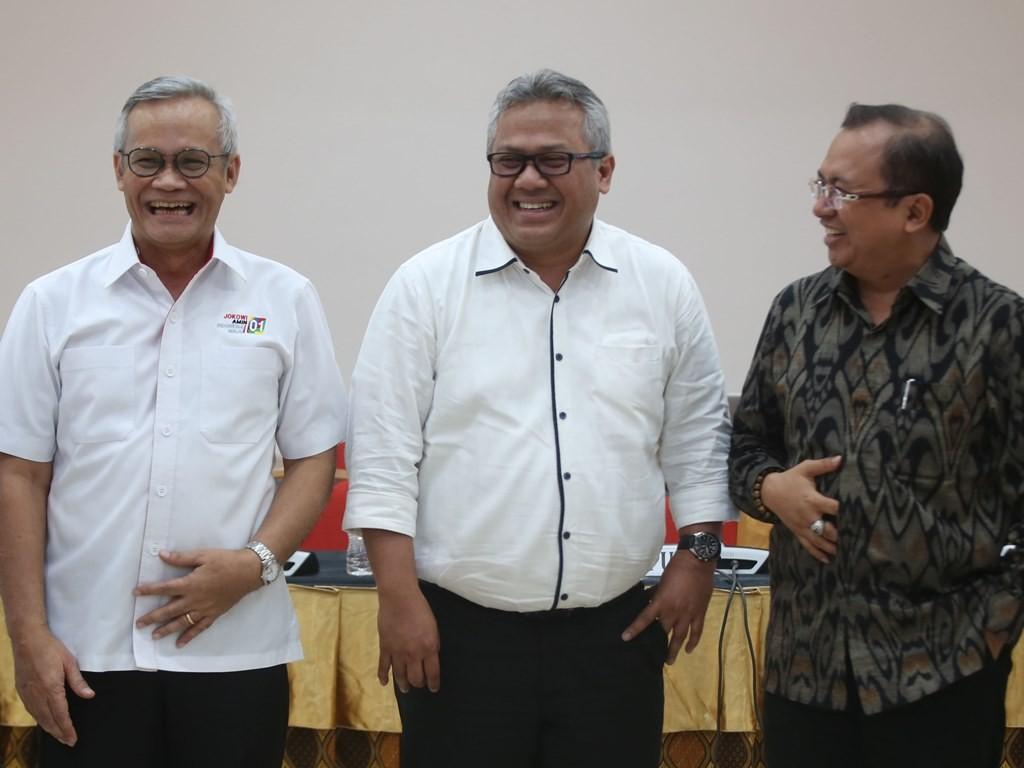 Ketua KPU Arief Budiman (tengah) berbincang dengan Direktur Program TKN Jokowi-Ma'ruf Ario Bimo (kiri), dan Wakil Ketua BPN Prabowo-Sandi, Priyo Budi Santoso (kanan). Foto: MI/Ramdani.