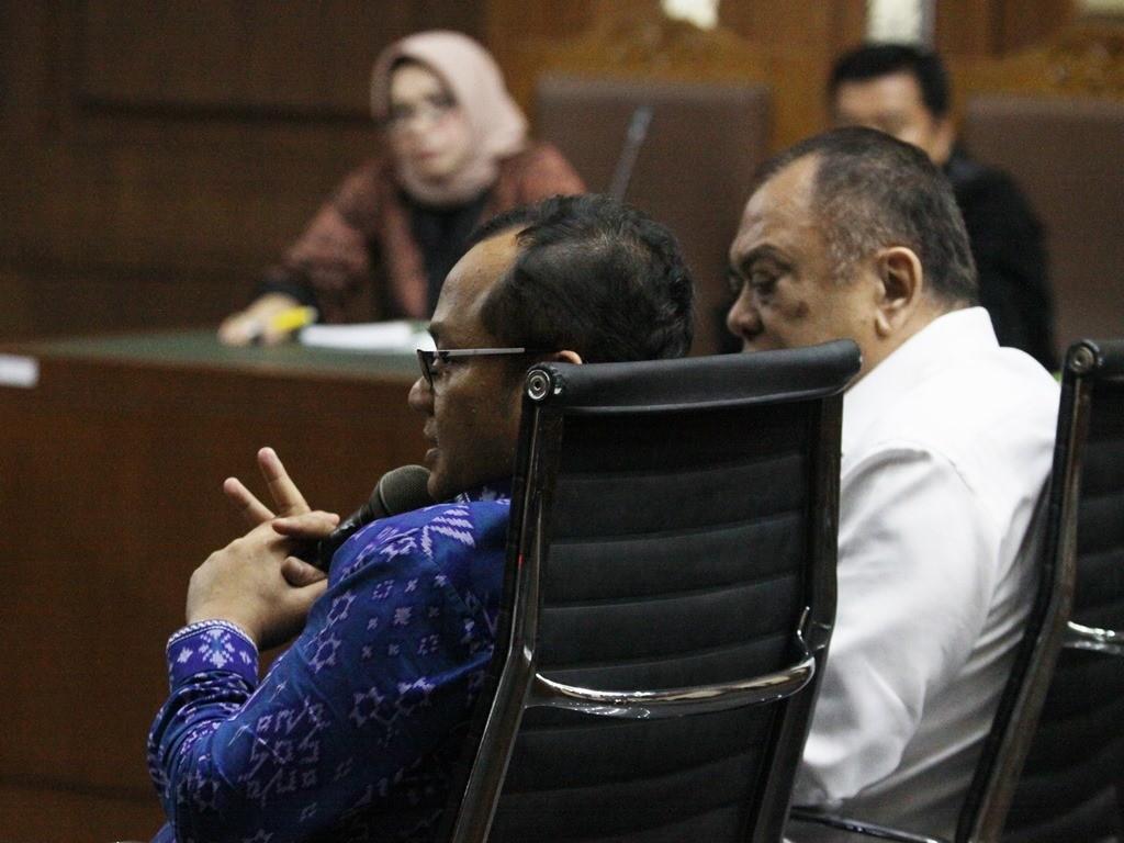 Presiden Direktur PT Isargas Iswan Ibrahim (kanan) memberikan kesaksian pada sidang kasus dugaan korupsi pembangunan PLTU Riau 1 di Pengadilan Tipikor, Jakarta. Foto: Antara/Reno Esnir.