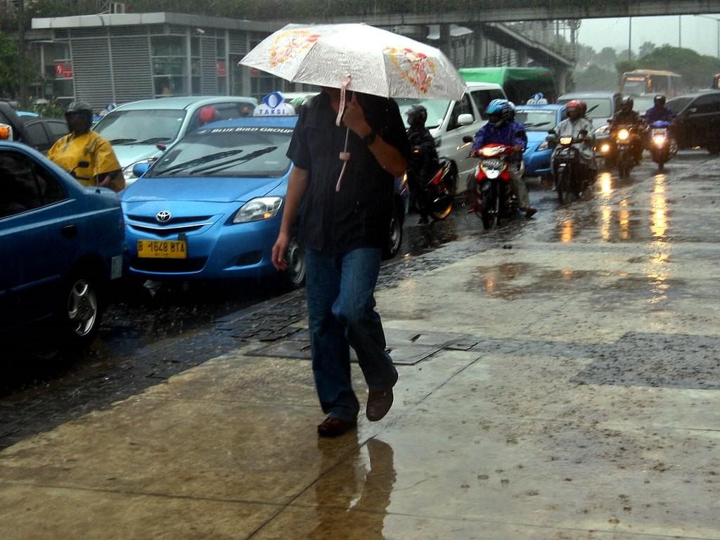 Suasana hujan di kawasan Bundaran HI, Jakarta Pusat. Foto: MI/Panca Syurkani.