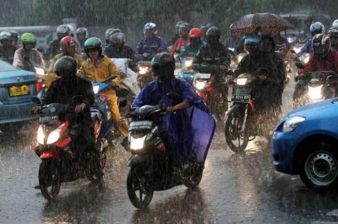 Sebisa mungkin biker menggunakan rem belakang saja saat hujan. MI/Ramdani