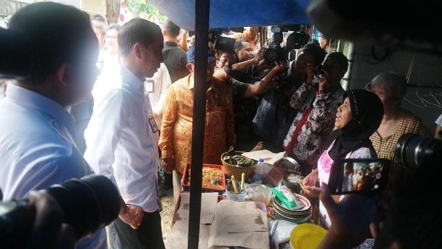 Presiden Jokowi mendengarkan curhat pedagangan nasi uduk di Tambora. Foto: Medcom.id/Dheri.
