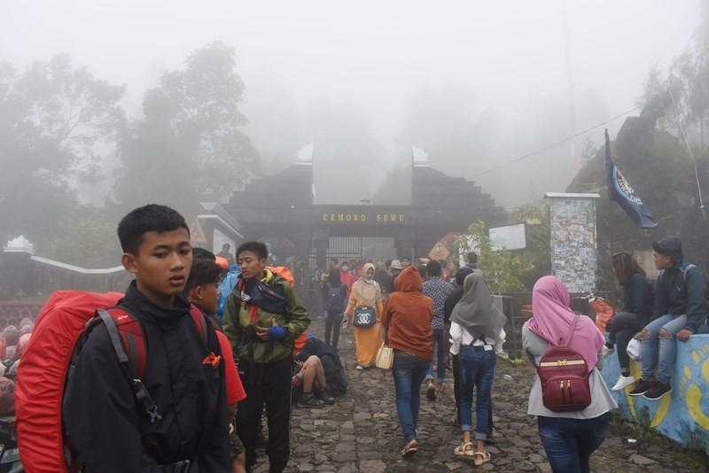 Sejumlah pendaki Gunung Lawu berada di gerbang jalur pendakian Cemorosewu di Magetan, Jawa Timur, Selasa (1/1/2019). ANTARA FOTO/Siswowidodo.