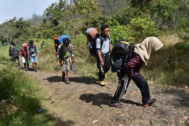 Sejumlah orang mendaki puncak Gunung Lawu melalui jalur pendakian Cemoro Sewu, Kabupaten Magetan, Jawa Timur, Minggu (24/6). ANTARA FOTO/Siswowidodo.