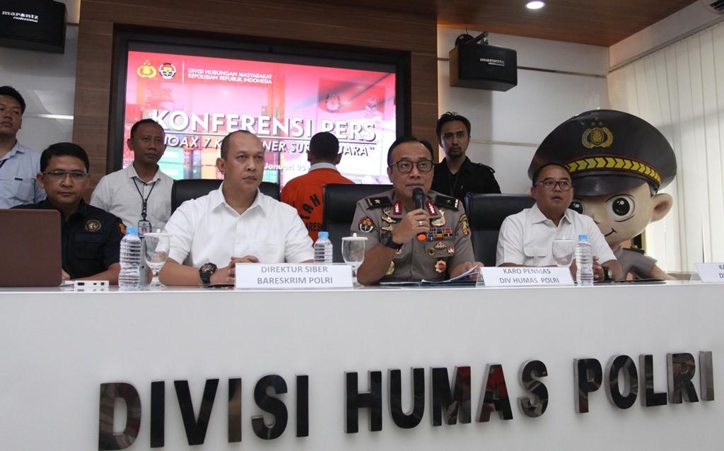 Kepala Biro Penerangan Masyarakat (Karo Penmas) Divisi Humas Polri Brigjen Pol Dedi Prasetyo (kedua kanan) saat konferensi pers terkait hoaks surat suara tercoblos di Mabes Polri, Jakarta. (Foto: ANTARA/Reno Esnir)