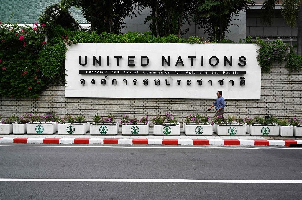 Seorang pria berjalan di depan kantor PBB di Bangkok, Thailand, 8 Januari 2019. (Foto: AFP/LILLIAN SUWANRUMPHA)