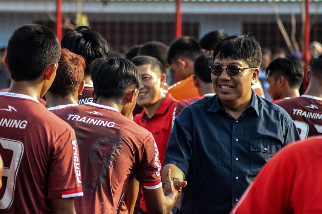 Direktur Utama Persija Jakarta Gede Widiade (kanan) menyapa para pemain Persija Jakarta saat menjalani latihan perdana. (Foto: Antara/Putra Haryo Kurniawan)