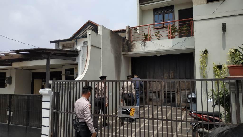 Rumah Wakil Ketua KPK Laode Muhammad Syarif, Kalibata, Pancoran, Jakarta Selatan yang dilempari bom molotov oleh orang tak dikenal. Foto: Medcom.id/Ilham Pratama Putra.