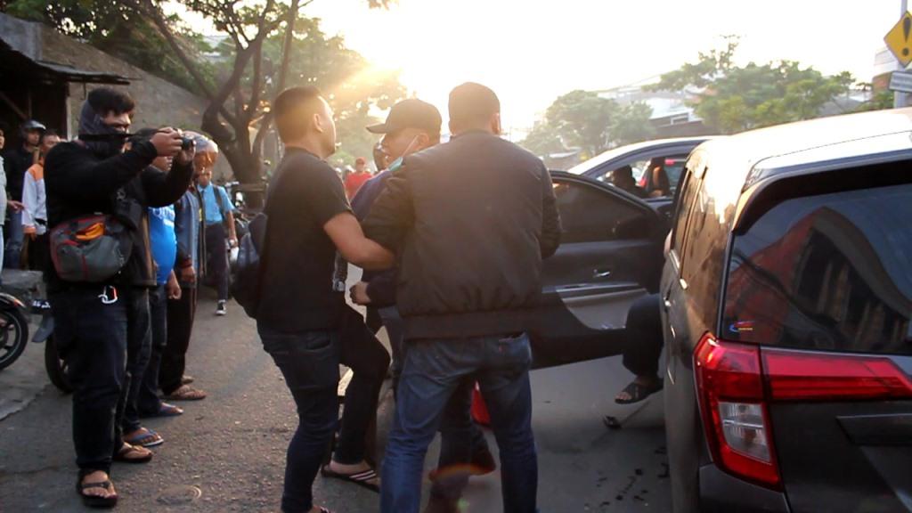 Penangkapan terpidana Wisnu Wardhana di kawasan Jalan Lebak Jaya Kenjeran, Surabaya, Jawa Timur, Rabu, 9 Januari 2019. Medcom.id/ Syaikhul Hadi..